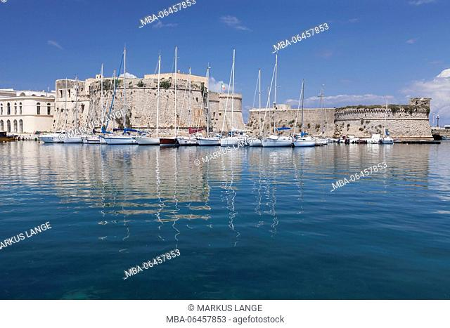 Old Town with fort, city wall and harbour, Gallipoli, province of Lecce, Peninsula of Salento, Apulia, Italy