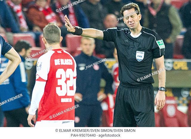 Schiedsrichter Manuel GRAEFE (Gr-fe) schickt die Spieler weg um den Video Assistenten zu hoeren, Fussball 1. Bundesliga, 5