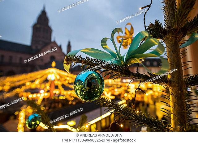 dpatop - A Christmas tree shines in the night during the opening of the Christmas market in Mainz, Germany, 30 November 2017