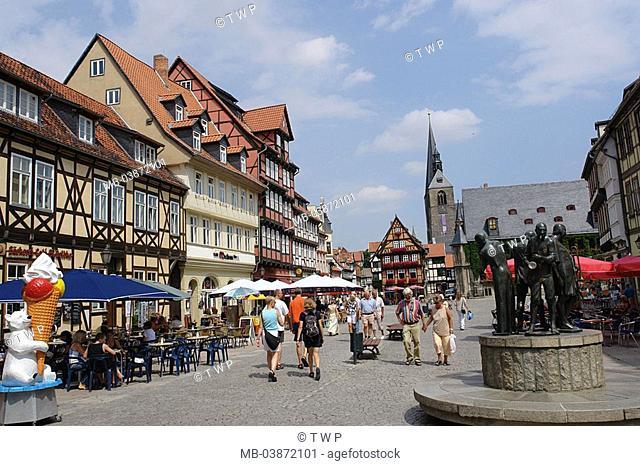 Germany, Saxony-Anhalt, Quedlinburg, market place, town hall, market-church St  Benediktin, tourists, town hall-buildings, construction, style, renaissance