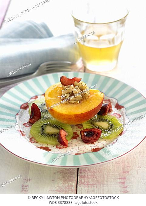 melocoton con kiwis, nueces y cerezas / Peach with kiwis, nuts and cherries