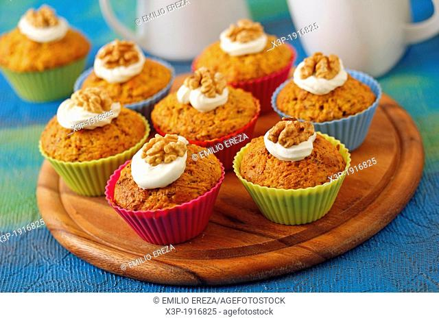 Cupcakes with carrots and walnuts
