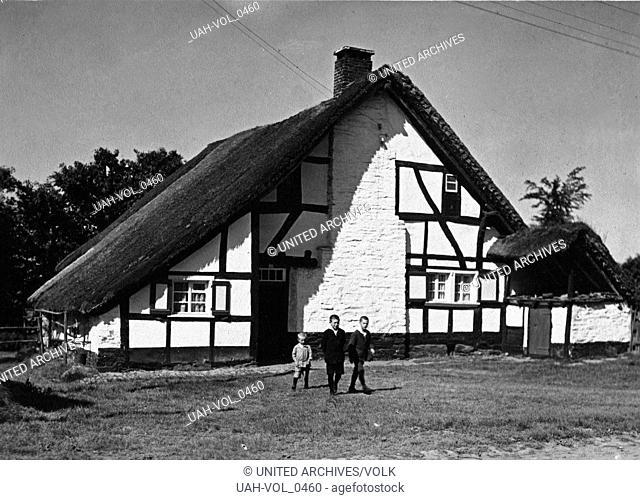 Kinder vor einem Haus in Kalterherberg bei Monschau, Deutschland 1920er Jahre. Children in front of their house at Kalterherberg near Monschau, Germany 1920s