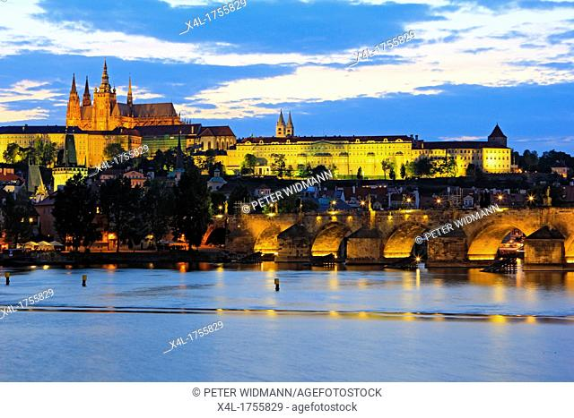 Czech Republic, Prague, view of Prague Castle and Charles Bridge