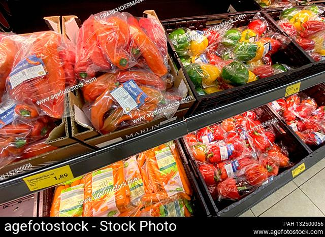 Foiled vegetables at the Lebesnwithtel discounter ALDI at the vegetable counter. Fresh vegetables wrapped in foil. | usage worldwide