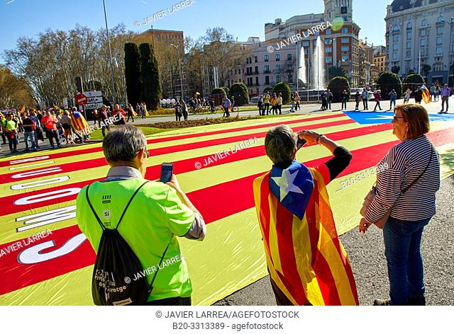 Demonstration of Catalans demanding independence, Flags of Catalonia, Fountain of Neptune, Madrid, Spain, Europe