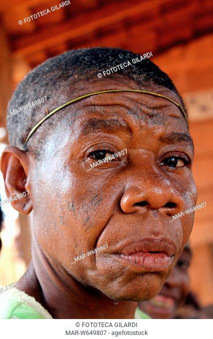 AFRICA Cerchietto per il malditesta. Fotografia di Raffaella Milandri realizzata durante il viaggio in Camerun tra i Pigmei, marzo 2011