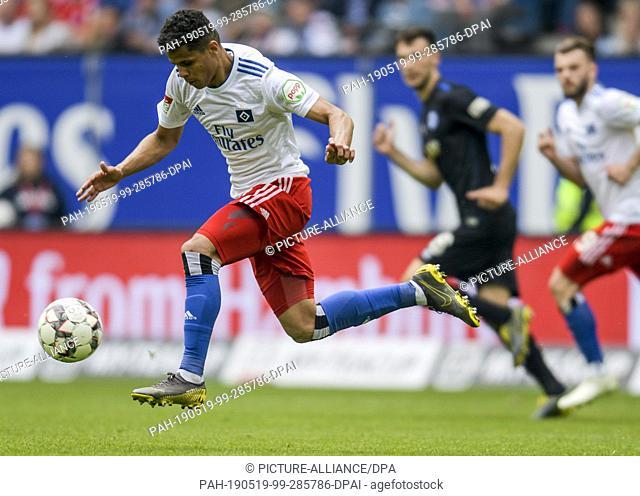 19 May 2019, Hamburg: Soccer: 2nd Bundesliga, Hamburger SV - MSV Duisburg, 34th matchday. Hamburg's Douglas Santos is playing a ball