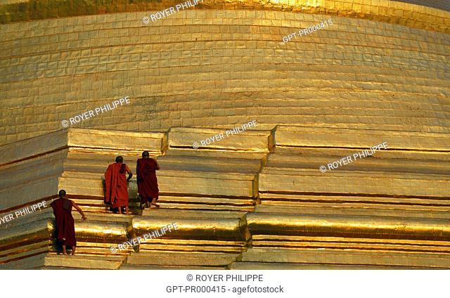 MONKS CLIMBING THE GOLDEN PAGODA OF SHWEDAGON, YANGON, RANGOON, MYANMAR, BURMA, ASIA
