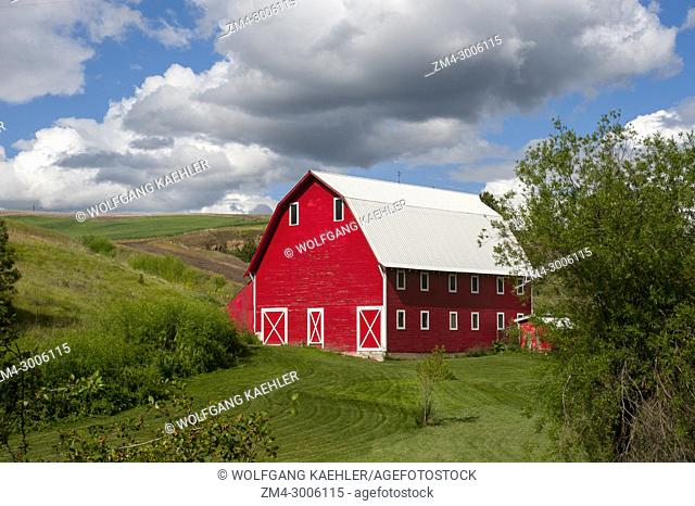 Red barn near Colfax in the Palouse, Eastern Washington State, USA