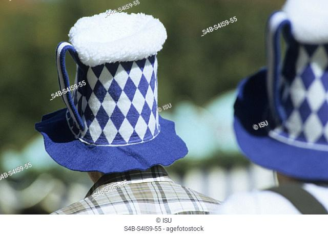 Maenner mit Hueten in Bierkrug-Optik - Accessoire - Spass - Oktoberfest , Men wearing Hats looking like Steins - Accessory - Fun - Octoberfestival