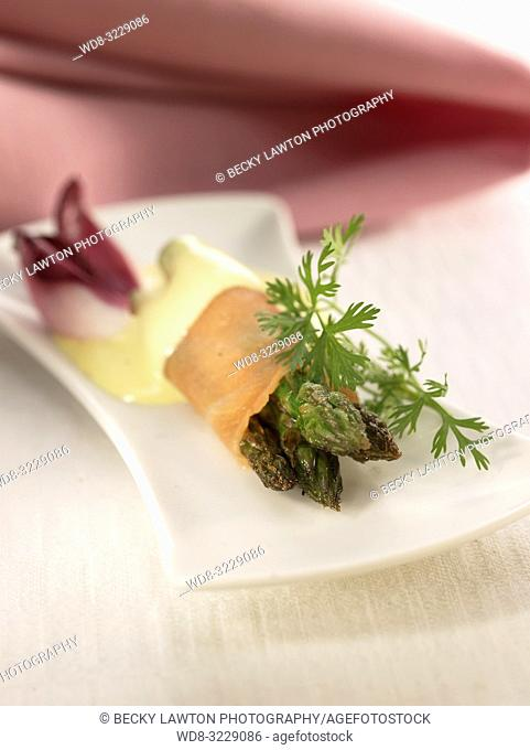 Pincho de rollitos de salmon y esparragos con salsa holandesa