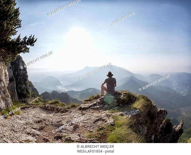 Italy, Veneto, Strada delle 52 Gallerie, hiker having a break