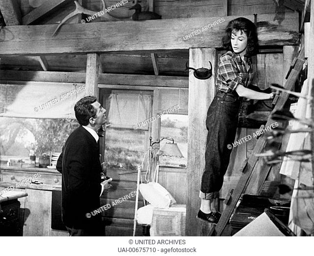 WHAT A WAY TO GO! What a Way to Go USA 1964 J. Lee Thompson Scene: Lennie Crawley (DEAN MARTIN) and Louisa Foster (SHIRLEY MACLAINE) in jeans climbing a ladder...