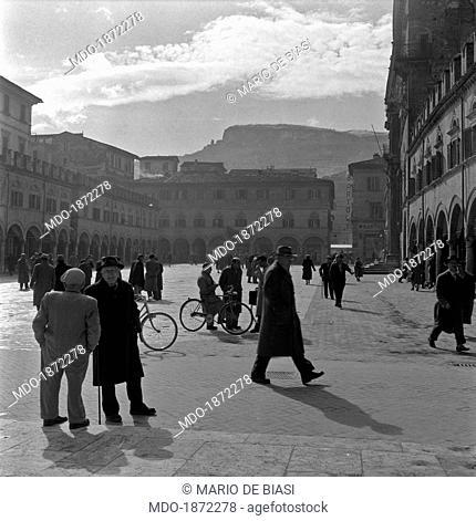 Some people meeting on Piazza del Popolo. Ascoli Piceno, June 1955