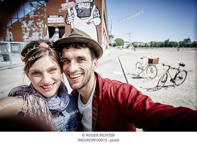 Germany, Hamburg, St. Pauli, Couple taking selfie