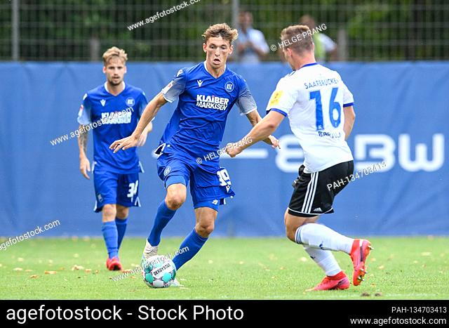 Benjamin Goller (KSC) in a duels with Anthony Barylla (Saarbruecken). GES / Football / 2. Bundesliga: Test match KSC - 1
