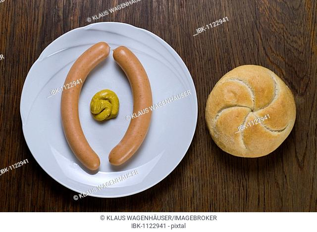 Wiener sausages with Semmel roll and medium hot mustard