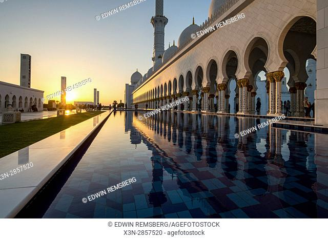 United Arab Emirates - The sunsetting at Sheikh Zayed Mosque in Abu Dhabi