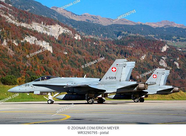 Meiringen, zwei Düsenjets McDonell Douglas F/A-18 Hornet sind startbereit