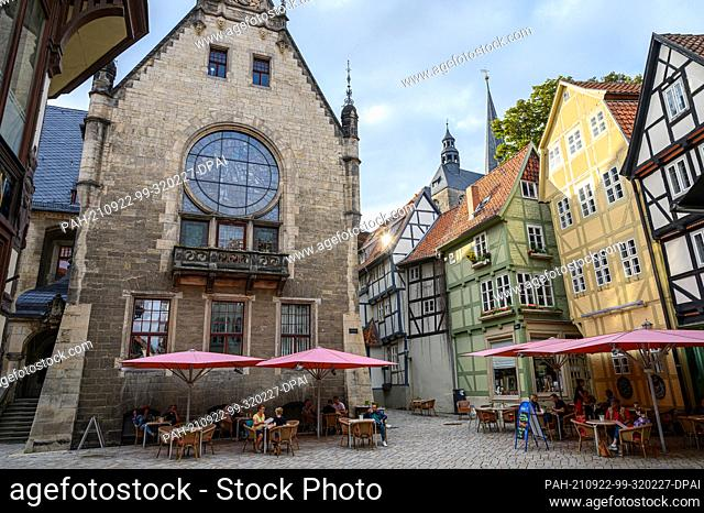 02 September 2021, Saxony-Anhalt, Quedlinburg: View of the historic town hall (l) and other half-timbered houses in the old town of the Unesco World Heritage...
