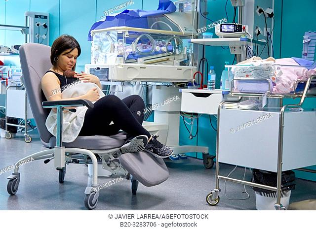 Mother with baby, mother-kangaroo method, Skin-to-skin contact, Neonatal pediatrics, Medical care, Neonate Intensive care Unit, UVI, ICU, Hospital Donostia