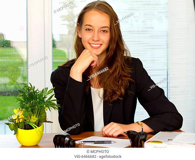 Businessfrau in homeoffice (mr) - Germany, 31/08/2017