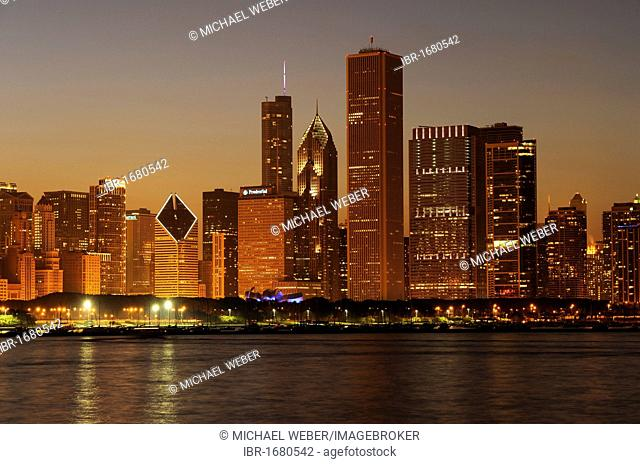 Night shot, Aon Center, Two Prudential Plaza, Trump Tower, Diamond Tower, skyline, Lake Michigan, Chicago, Illinois, United States of America, USA