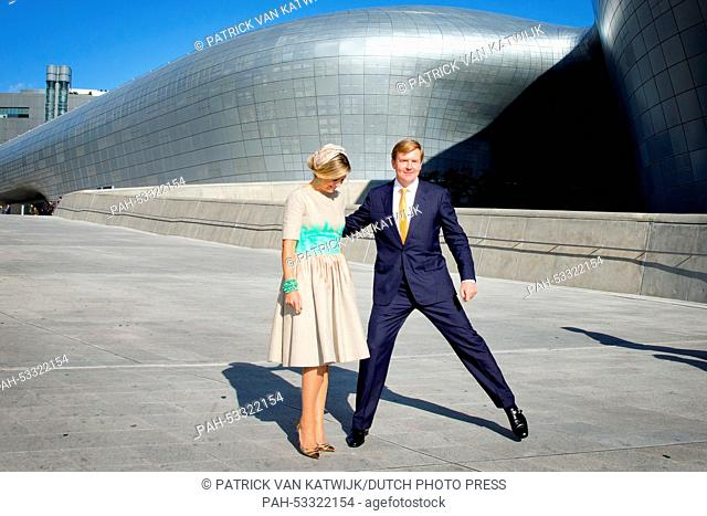King Willem-Alexander and Queen Maxima of The Netherlands pose for the Dongdaemun Design Plaza in Seoul, South Korea, 3 November 2014