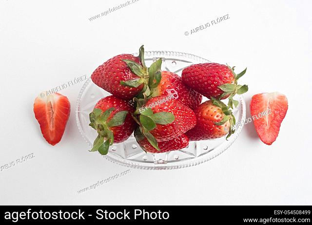 Fragaria, commonly called strawberry or strawberry, is a genus of stoloniferous creeping plants in the Rosaceae family