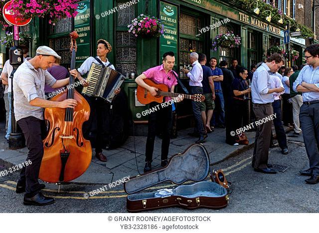 Street Musicians Perform Outside The Market Porter Pub, London Bridge, London, England