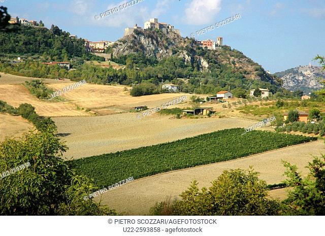 Italy, Emilia Romagna, Rimini, Verucchio, view on the Valmarecchia and the Rocca Malatestiana