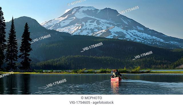 Pair canoeing on Sparks Lake near Bend Oregon - Oregon, USA; Amerika, 20/06/2007