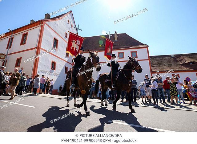 21 April 2019, Saxony, Panschwitz-Kuckau: The Easter riders arrive at the Sankt Marienstern monastery in Panschwitz-Kuckau