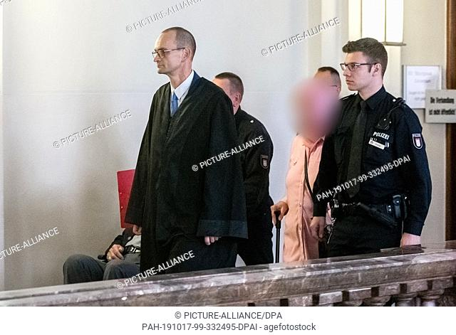 17 October 2019, Hamburg: A 93-year-old former SS guard of the Stutthof concentration camp near Gdansk is accompanied to the courtroom in a wheelchair by a...