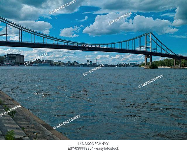 Photo Dnieper River in Kiev against the backdrop of large bridges