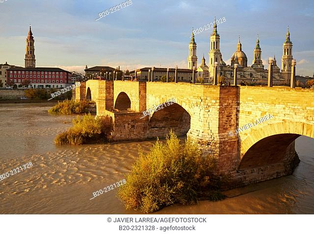 Basilica of Nuestra Señora del Pilar, Puente de Piedra bridge over Ebro river, Zaragoza. Aragón, Spain