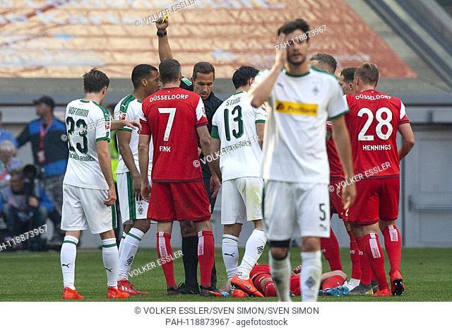 Alassane PLEA (MG, mi.li.) receives a yellow card from referee Tobias STIELER (mi.re.). 58th minute. Soccer 1. Bundesliga, 27
