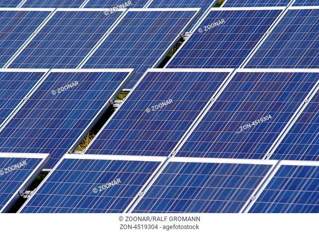 Solarmodule auf einem Solarpark zur nachhaltigen und regenerativen Energiegewinnung