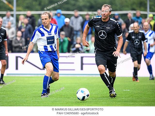 duels, Duel Guido Buchwald (Team Rest of the World) / r. versus Juergen Klinsmann. For a charity match returns the 108-fold national player Jürgen K linsmann...