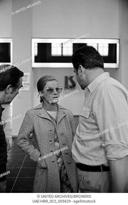 Die deutsche Sängerin und Schauspielerin Heidi Brühl bei der Ankunft am Flughafen München Riem, Deutschland 1960er Jahre