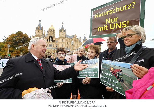 17 October 2019, Mecklenburg-Western Pomerania, Schwerin: Till Backhaus (SPD, l), Minister for Agriculture and Environment