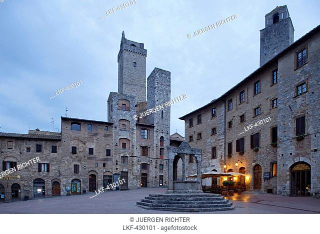 Towers and fountain on Piazza della Cisterna square, San Gimignano, hill town, UNESCO World Heritage Site, province of Siena, Tuscany, Italy, Europe