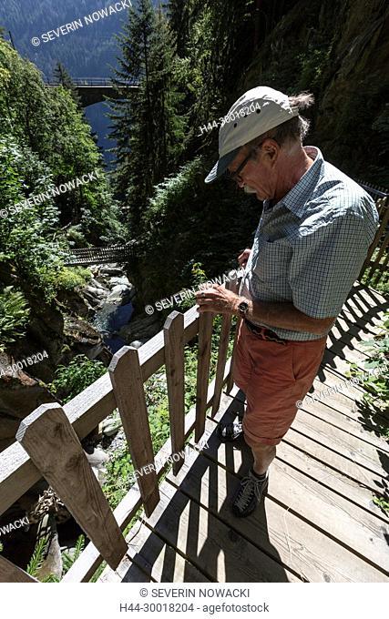 Schweiz Wallis Finhaut Unterhalb von les crets. Route des Diligences Kutschenstrasse von Finhaut nach Vernayaz Les Georges du Triege