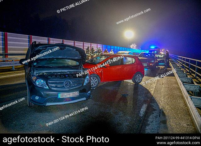 24 November 2020, Baden-Wuerttemberg, Mutlangen: Accident vehicles and emergency vehicles of the rescue services are parked on the federal highway 298 after a...