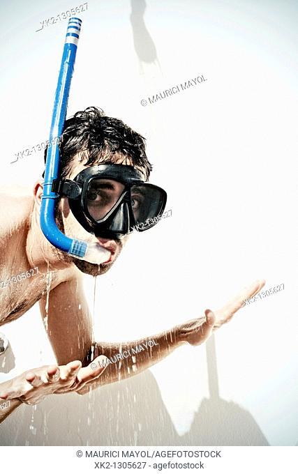 chico / Hombre con gafas de submarinismo duchandose
