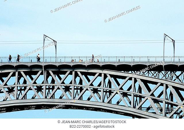 Ponte Luis I, Dom Luis bridge over the Douro river between the cities of Porto and Vila Nova de Gaia. Line D of the metro do Porto and pedestrian walkway, Porto