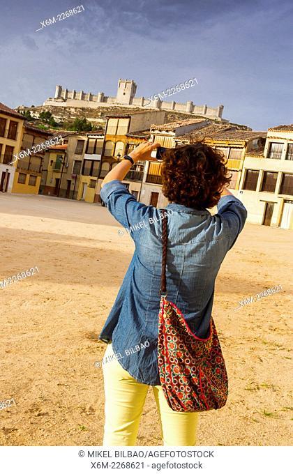 Plaza del Coso and Castle. Peñafiel village. Ribera de Duero Wine region. Valladolid. Castile and Leon. Spain, Europe