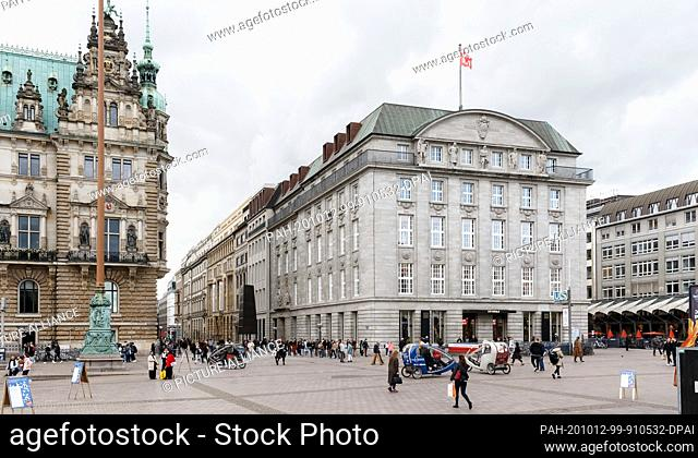 09 October 2020, Hamburg: View from Rathausmarkt into the renovated Alter Wall with the four-storey department store of the Japanese fashion label Uniqlo on the...