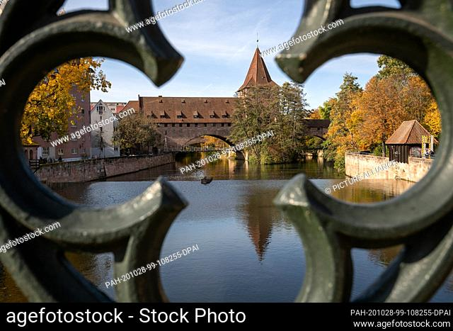 25 October 2020, Bavaria, Nuremberg: The Schlayerturm (M) with the chain bridge at the Hallertor on the Pegnitz. Nuremberg wants to become the cultural capital...